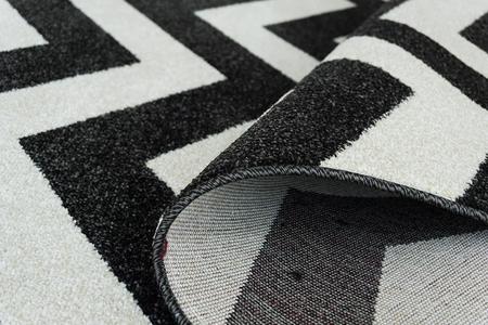 Nowoczesny dywan Aspect 1961 czarny. Czarno białe wzory podkreślą charakter Twojego pomieszczenia. Profesjonalne wykonanie oraz wysoka jakość, gwarantują długie użytkowanie produktu.