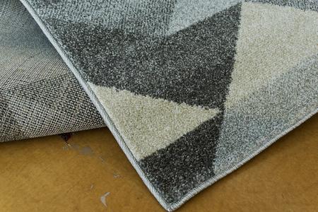 Nowoczesny dywan Aspect 1965 silver. Szary kolor i odcienie grafitu podkreślą charakter Twojego pomieszczenia. Profesjonalne wykonanie oraz wysoka jakość, gwarantują długie użytkowanie produktu.