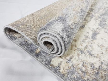 Nowoczesny dywan Poloness 07122A L.GREY. Odcienie szarości i beżu oraz subtelny wzór podkreślą charakter Twojego pomieszczenia. Profesjonalne wykonanie oraz wysoka jakość, gwarantują długie użytkowanie produktu.