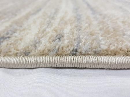 Nowoczesny dywan Poloness 07129A L.BEIGE. Odcienie szarości i beżu oraz subtelny wzór podkreślą charakter Twojego pomieszczenia. Profesjonalne wykonanie oraz wysoka jakość, gwarantują długie użytkowanie produktu.