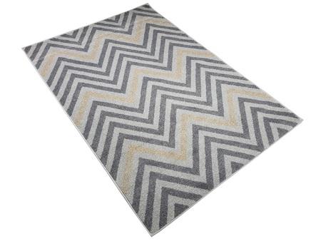 Nowoczesny dywan Poloness 07423A L.GREY. Odcienie szarości i beżu oraz regularny wzór podkreślą charakter Twojego pomieszczenia. Profesjonalne wykonanie oraz wysoka jakość, gwarantują długie użytkowanie produktu.