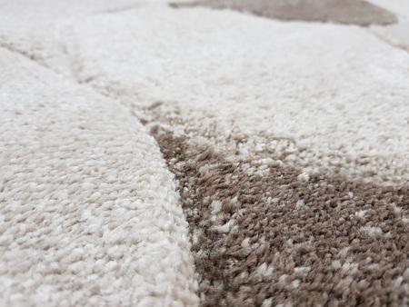 Nowoczesny dywan MILAS 7749C LIGHT BEIGE. Symetryczne kształty w odcieniach brązu i beżu podkreślą charakter Twojego pomieszczenia. Profesjonalne wykonanie oraz wysoka jakość, gwarantują długie użytkowanie produktu.