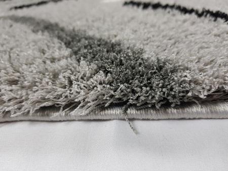 Nowoczesny dywan MICRO FIBER 02996B LIGHT GREY. Regularny wzór, oraz puszystość dywanu w odcieniach szarości podkreśli charakter Twojego pomieszczenia. Profesjonalne wykonanie oraz wysoka jakość, gwarantują długie użytkowanie produktu.