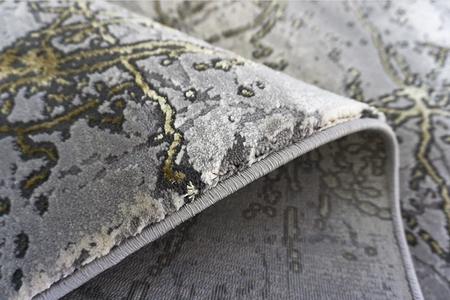 Nowoczesny dywan Elite 4355 Grey Gold. Grafitowo szare wzory podkreślą charakter Twojego pomieszczenia. Profesjonalne wykonanie oraz wysoka jakość, gwarantują długie użytkowanie produktu.