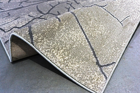 Nowoczesny dywan Zara 8096 GREY. Grafitowo szare wzory podkreślą charakter Twojego pomieszczenia. Profesjonalne wykonanie oraz wysoka jakość, gwarantują długie użytkowanie produktu.