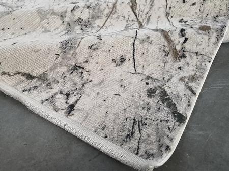 Puszysty dywan CREANTE 19141 GREY. Niesymetryczne kształty w odcieniach szarości i beżu podkreślą charakter Twojego pomieszczenia. Dywan w stylu Vintage. Profesjonalne wykonanie oraz wysoka jakość wiskozy, gwarantują długie użytkowanie produktu.