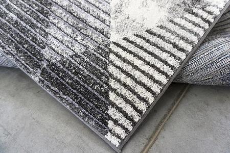 Puszysty dywan MARVEL 7602 GREY. Niesymetryczne kształty w odcieniach beżu, szarości i złota podkreślą charakter Twojego pomieszczenia. Dywan w nowoczesnym stylu. Profesjonalne wykonanie oraz wysoka jakość włóczki, gwarantują długie użytkowanie produktu.